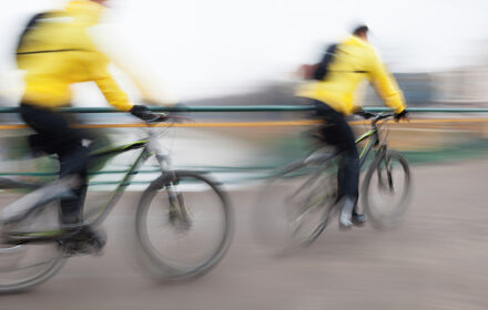 I ciclisti devono viaggiare in fila indiana?